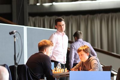 Magnus Carlsen schaut bei Rapport-Keymer zu